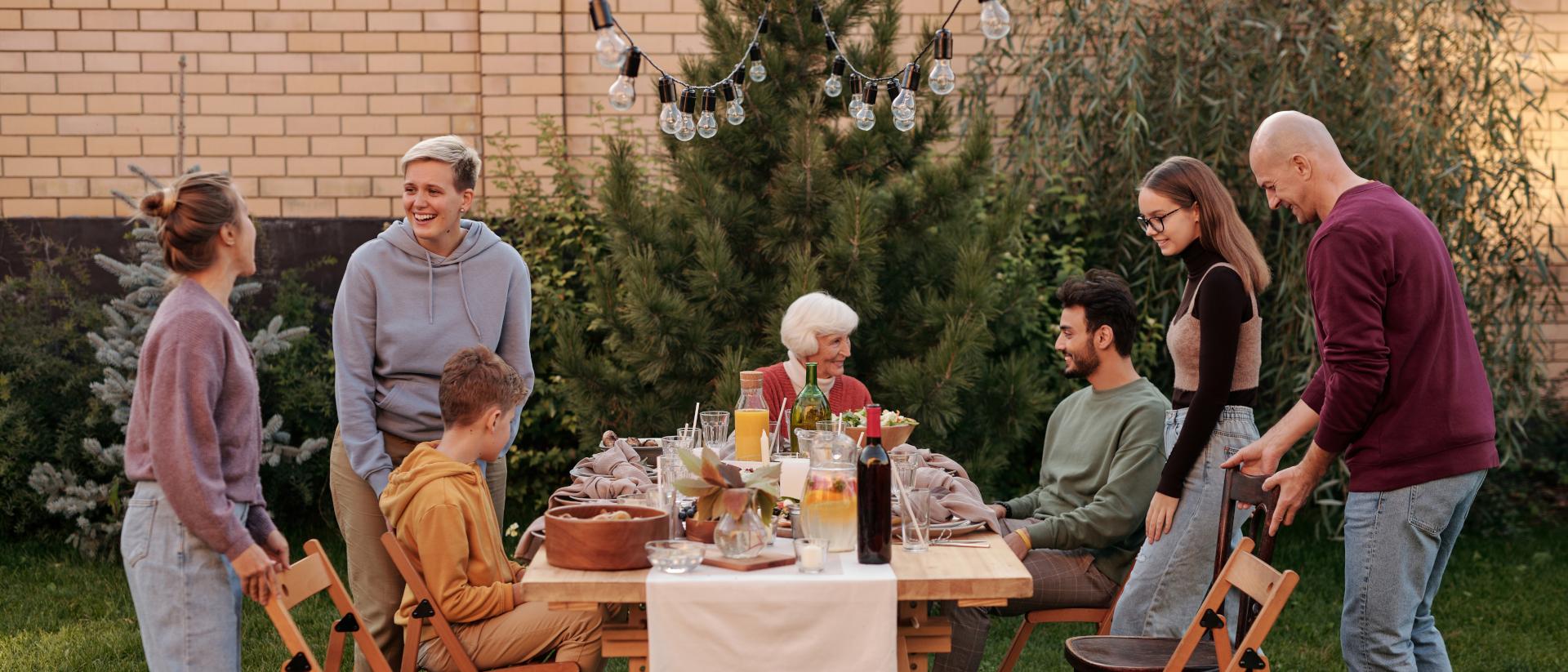 Familie mehrerer Generationen sitzt im Garten